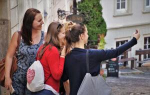 自撮りする観光客