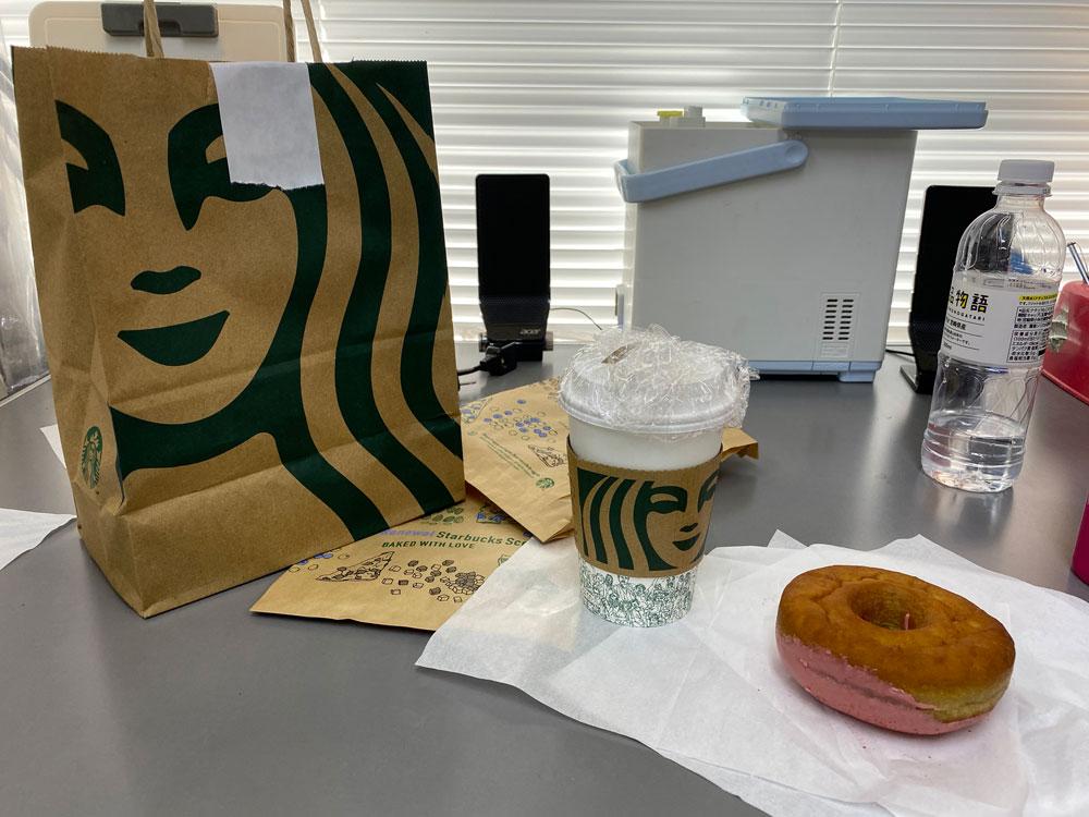 仕事の合間にコーヒーとドーナツ