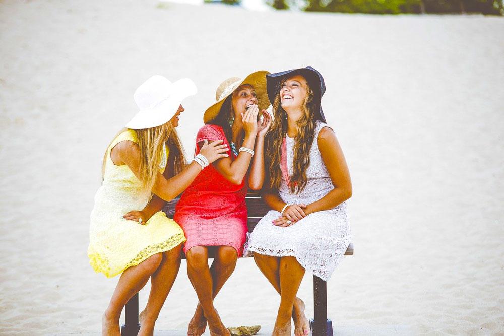 ベンチに座る女性3人