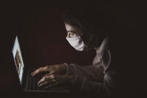 夜中、パソコンに向かう写真