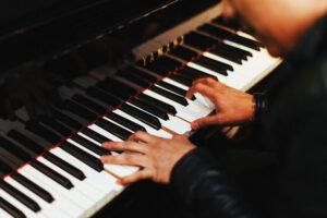 ピアノ引く
